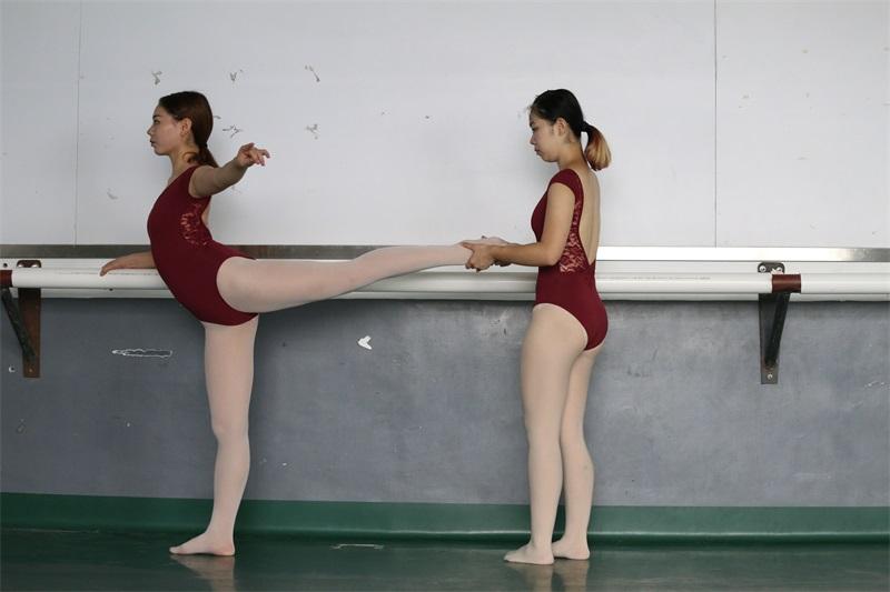 [大西瓜爱牙膏] W系列019舞蹈家9-双红衣少女 [592P/3.64GB] 大西瓜爱牙膏-第3张