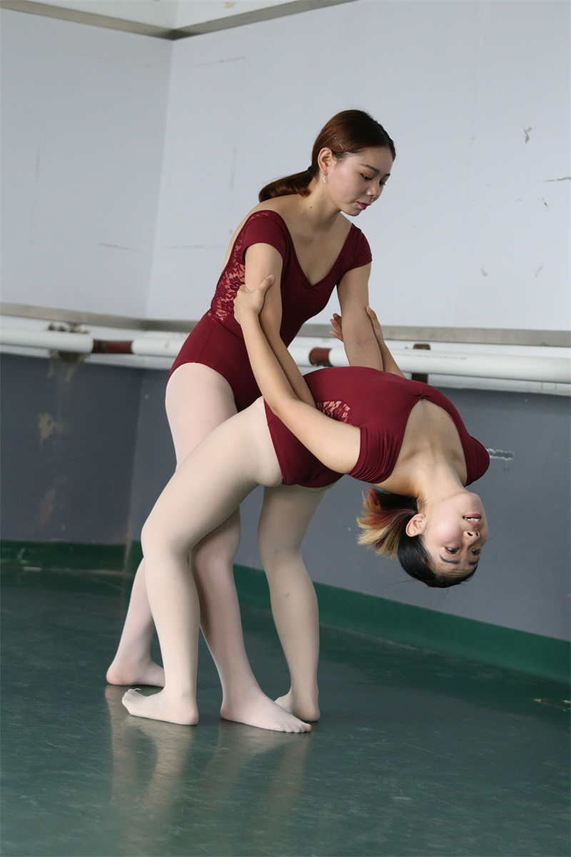 [大西瓜爱牙膏] W系列019舞蹈家9-双红衣少女 [592P/3.64GB] 大西瓜爱牙膏-第2张